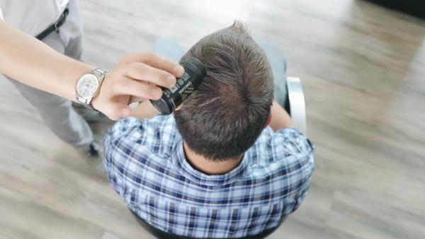 Fibre di cheratina applicazione su diradamento capelli